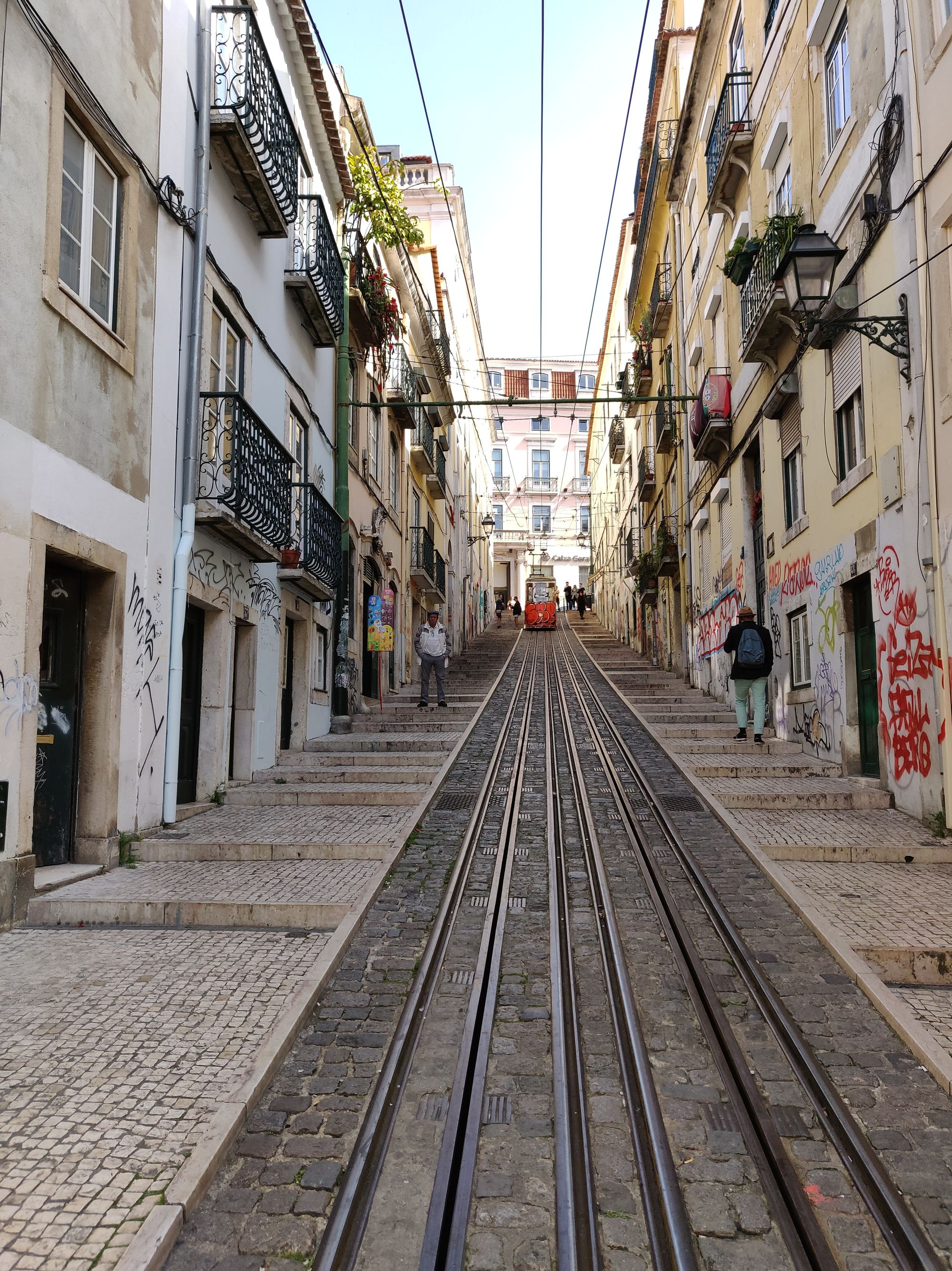 Le bout de la rue montante avec un tramway orange