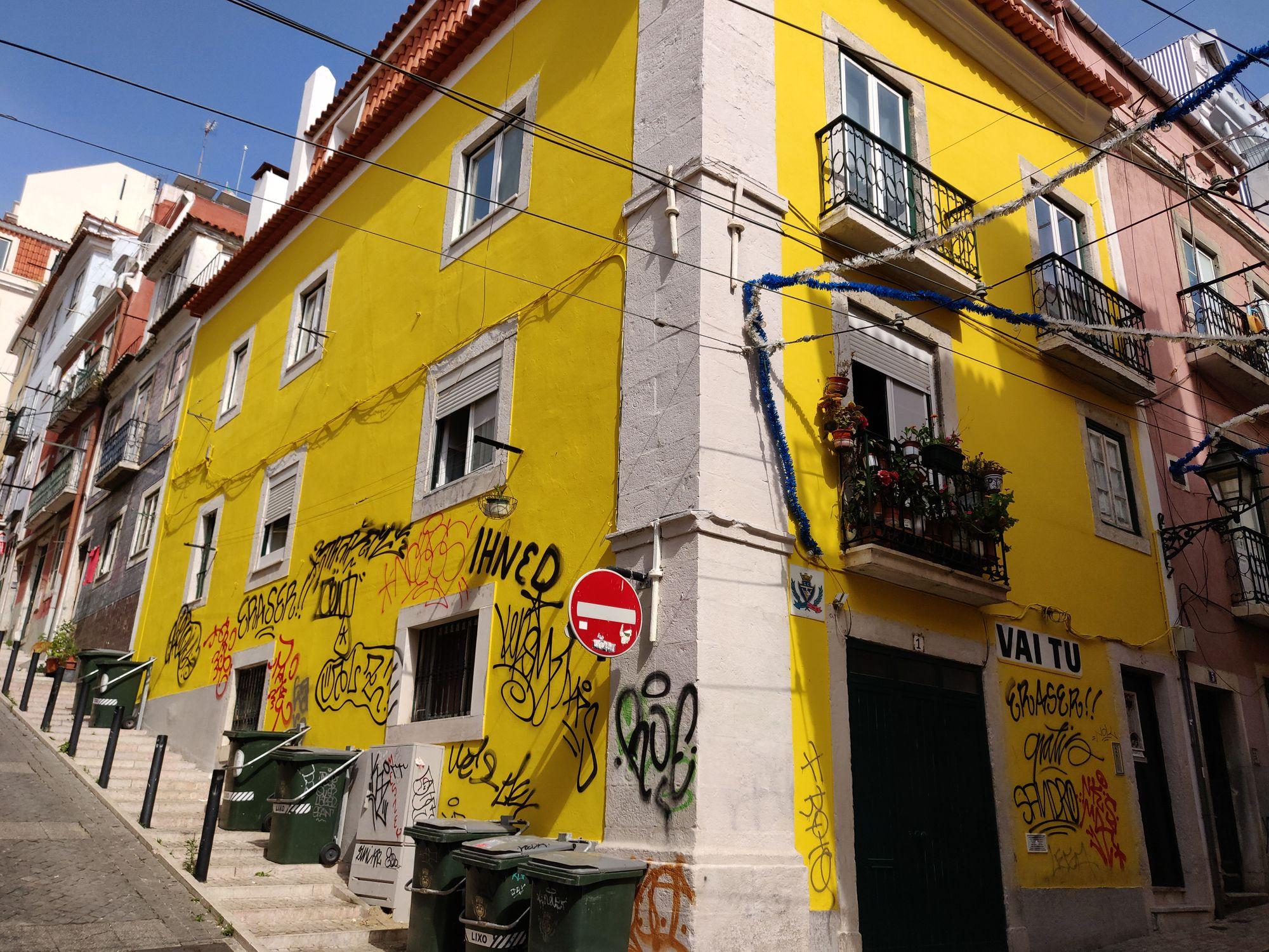 Une maison jaune qui fait l'angle
