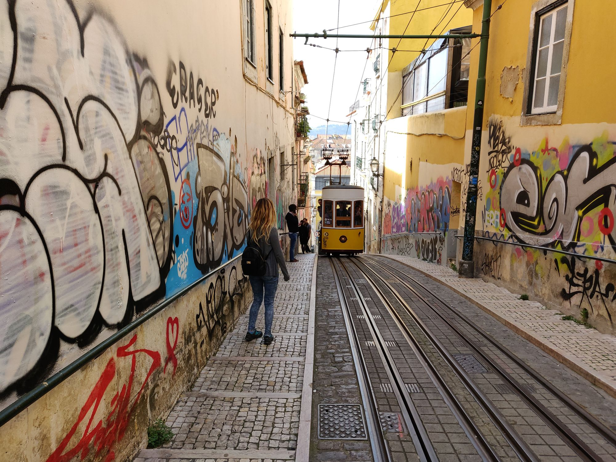 Un vieux tram remontant une pente