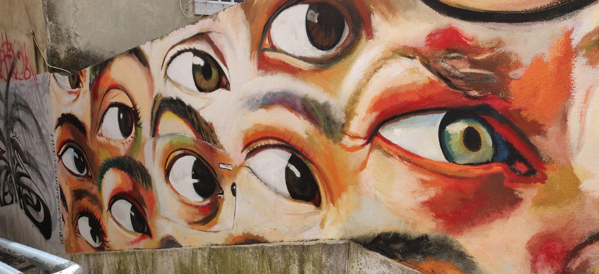 Des yeux dessinés sur un mur