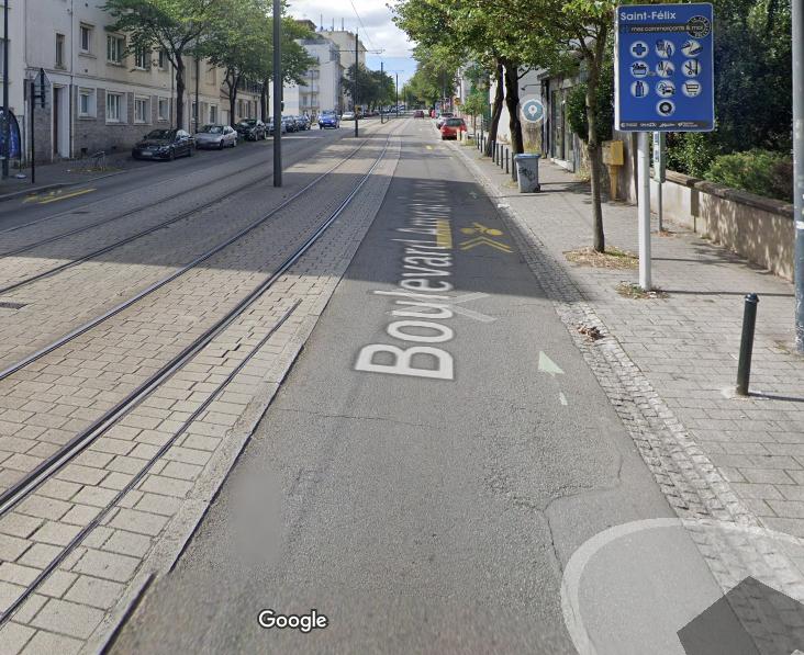 La rue où on te double sans monter sur la ligne de tramway (photo de Google)